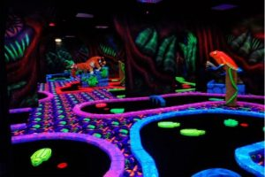 Glow in the dark minigolf (8.50 EUR)